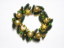 Il Natale si avvolge su fondo bianco, sull'insegna con i rami dell'abete e sulle palle Vista da sopra I colori sono dorati, verdi fotografie stock libere da diritti