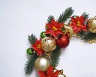 Il Natale si avvolge su fondo bianco, sull'insegna con i rami dell'abete e sulle palle Vista da sopra I colori sono oro, rosso, v Immagine Stock