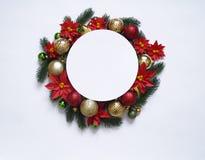 Il Natale si avvolge su fondo bianco, sull'insegna con i rami dell'abete e sulle palle Vista da sopra I colori sono oro, rosso, v fotografia stock