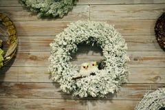 Il Natale si avvolge su una porta di legno, ghirlanda del ` s del nuovo anno Immagine Stock