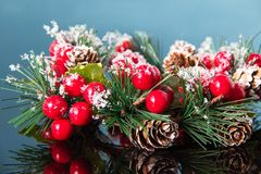 Il Natale si avvolge su una superficie blu dello specchio, decorazione tradizionale per il nuovo anno per la festa fotografia stock