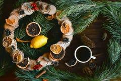 Il Natale si avvolge sulla vista di legno marrone del piano d'appoggio Immagini Stock Libere da Diritti