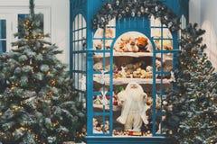 Il Natale sta venendo Abeti e fondo decorati dei presente Immagini Stock Libere da Diritti