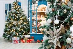 Il Natale sta venendo Abeti e fondo decorati dei presente Immagine Stock