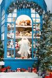 Il Natale sta venendo Abeti e fondo decorati dei presente Fotografia Stock Libera da Diritti