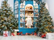 Il Natale sta venendo Abeti e fondo decorati dei presente Fotografia Stock