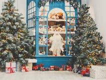 Il Natale sta venendo Abeti e fondo decorati dei presente Fotografie Stock Libere da Diritti