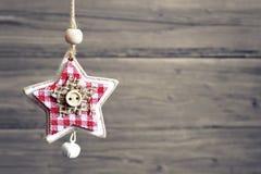 Il Natale star con la campana di tintinnio contro fondo di legno Fotografia Stock Libera da Diritti