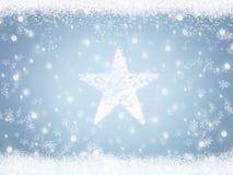 Il Natale star da neve sul fondo blu del cielo dell'inverno con i fiocchi di neve royalty illustrazione gratis
