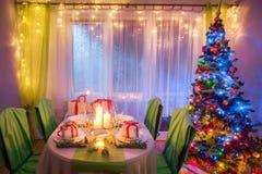 Il Natale strabiliante presenta la regolazione con le candele ed il pan di zenzero Fotografia Stock Libera da Diritti