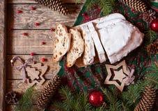 Il Natale tedesco tradizionale agglutina Stollen con marzapane, le bacche matte e l'innalzamento Decorazioni di celebrazione di n Immagine Stock