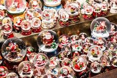 Il Natale tradizionale di Santa Claus Dolls At European Winter dei globi e dei giocattoli della neve dei ricordi commercializza i fotografie stock libere da diritti