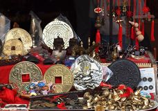 Il negozio all'aperto vende gli oggetti d'antiquariato cinesi falsi Fotografia Stock Libera da Diritti