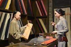 Il negozio antico del panno della Cina, figura di cera dell'interno del deposito della Cina, arte della cultura della Cina Fotografia Stock Libera da Diritti