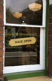Il negozio aperto firma dentro la finestra Fotografie Stock
