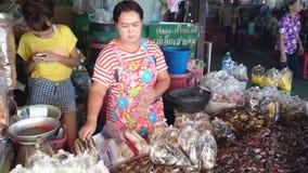 Il negozio dei frutti di mare in Tailandia video d archivio