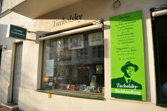 Il negozio di libro della seconda mano per i viaggiatori tedeschi dello straniero e della gente seleziona e compra Fotografia Stock