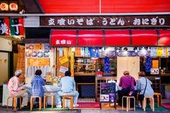 Il negozio di Soba, il negozio di ramen, il negozio del Udon, la gente alla tagliatella giapponese compera Fotografia Stock