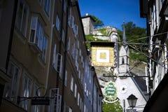 Il negozio dorato firma dentro il Getreidegasse a Salisburgo immagini stock libere da diritti
