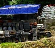 Il negozio materiale del giardino vende molto il genere di vaso e di fertilizzante di pietra Samarang contenuta foto Indonesia Fotografia Stock