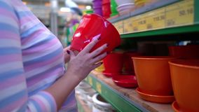 Il negozio vicino della donna caucasica accantona la scelta del vaso ceramico per la famiglia in primo piano del deposito video d archivio
