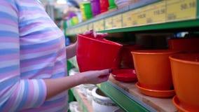 Il negozio vicino della donna caucasica accantona la scelta del vaso ceramico per la famiglia in primo piano del deposito archivi video