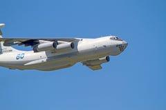 IL-76 nel cielo blu Immagini Stock
