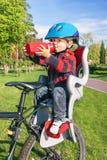 Il neonato è nella sedia della bicicletta (sedile) Fotografia Stock
