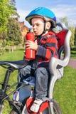 Il neonato è nella sedia della bicicletta (sedile) Immagine Stock Libera da Diritti