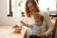 Il neonato alla cucina e lui ` t del doesn vogliono mangiare Fotografia Stock Libera da Diritti