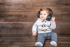 Il neonato ascolta musica con le cuffie Fotografia Stock Libera da Diritti