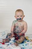 Il neonato che gioca con casalingo fingerpaints Fotografia Stock Libera da Diritti