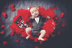 Il neonato con il biglietto di S. Valentino bacia il segno Immagine Stock Libera da Diritti