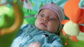 Il neonato esamina i giocattoli stock footage