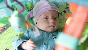 Il neonato esamina i giocattoli archivi video