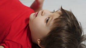 Il neonato in maglietta rossa su fondo giallo ha giocato archivi video