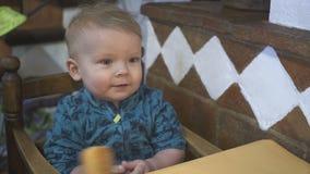 Il neonato mangia il pane in un ristorante stock footage