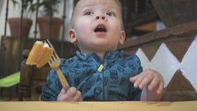 Il neonato mangia il pane in un ristorante archivi video
