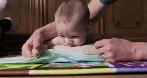 Il neonato si trova pancia giù archivi video