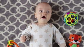 Il neonato sta trovandosi sul sofà con i giocattoli archivi video