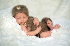 Il neonato sveglio dorme con giocattoli Fotografia Stock Libera da Diritti