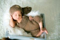 Il neonato sveglio dorme con giocattoli Fotografie Stock Libere da Diritti