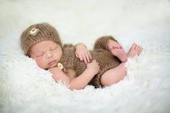 Il neonato sveglio dorme con giocattoli Fotografia Stock