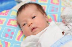 Il neonato vi esamina Immagine Stock