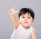 Il neonato vuole ottenere qualcosa nella parte anteriore fotografie stock libere da diritti