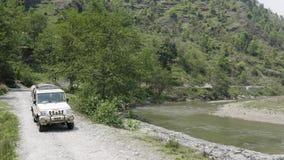 Il Nepal, anapurna guidando lungo il fiume Metraggio aereo archivi video
