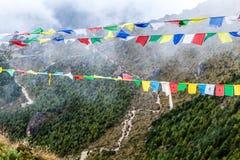 Il Nepal ed e bandierine tibetane di preghiera in montagne Fotografia Stock Libera da Diritti