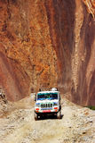 Il Nepal, Himalaya, il regno del mustang superiore - aprile 2015: La jeep con i turisti ed i bagagli guida sulla strada della mon Fotografia Stock Libera da Diritti