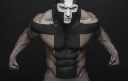 Il nero bianco dell'incrocio di body art degli uomini forti Immagini Stock Libere da Diritti