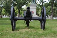 Il nero Canon della guerra civile in un cimitero fotografia stock libera da diritti